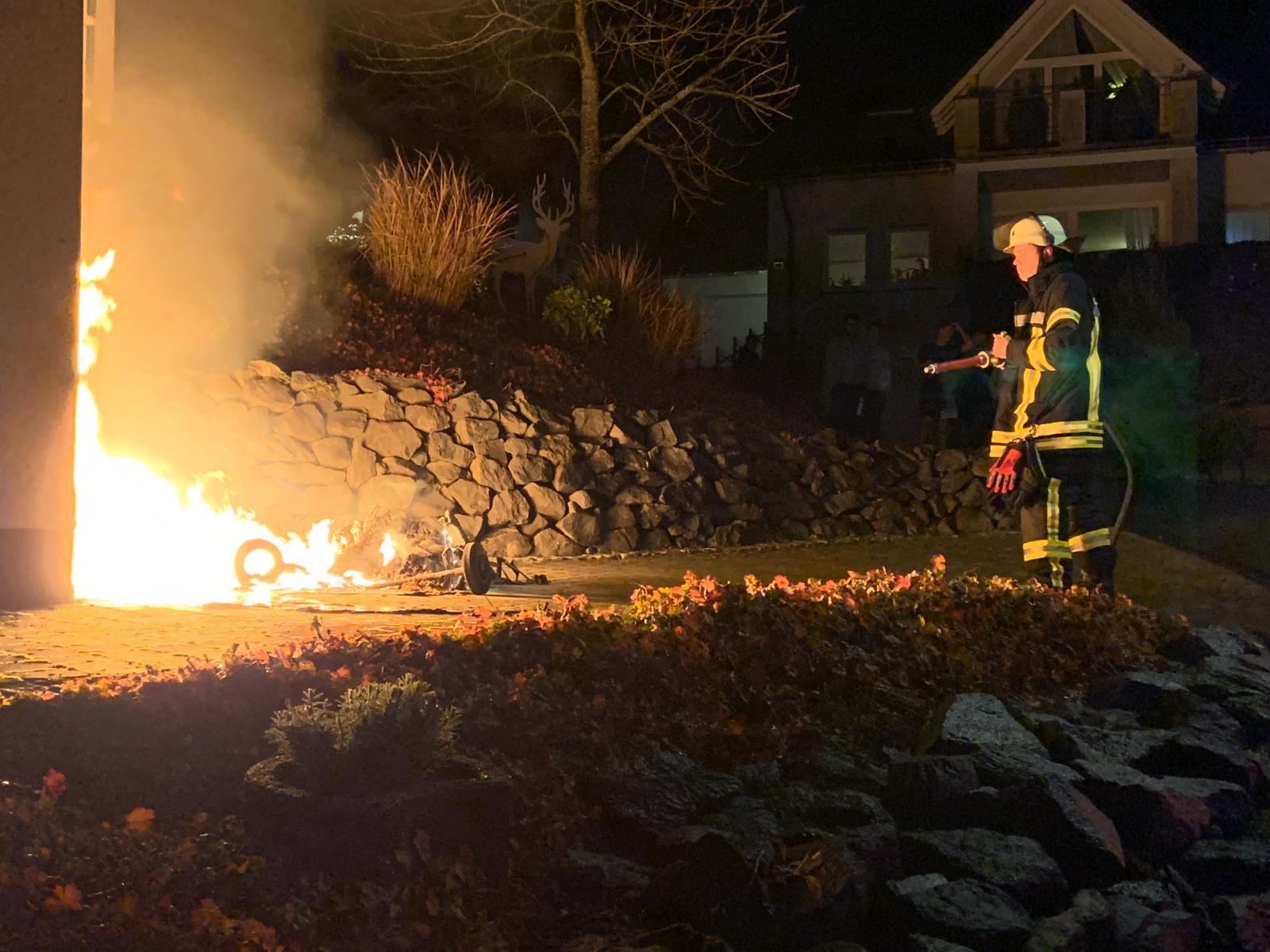 brennende Mülltonnen in Eversberg
