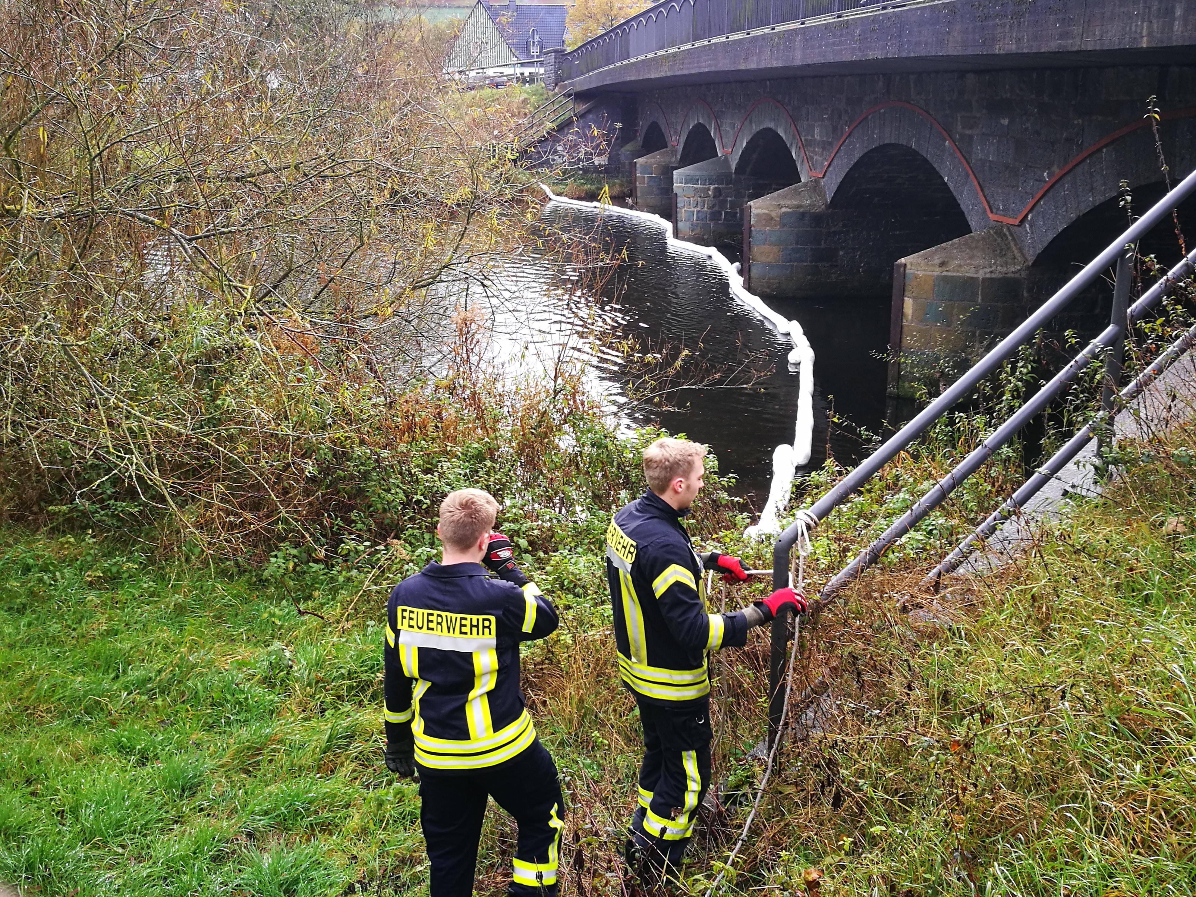 Ölsperre an der Ruhrbrücke in Laer
