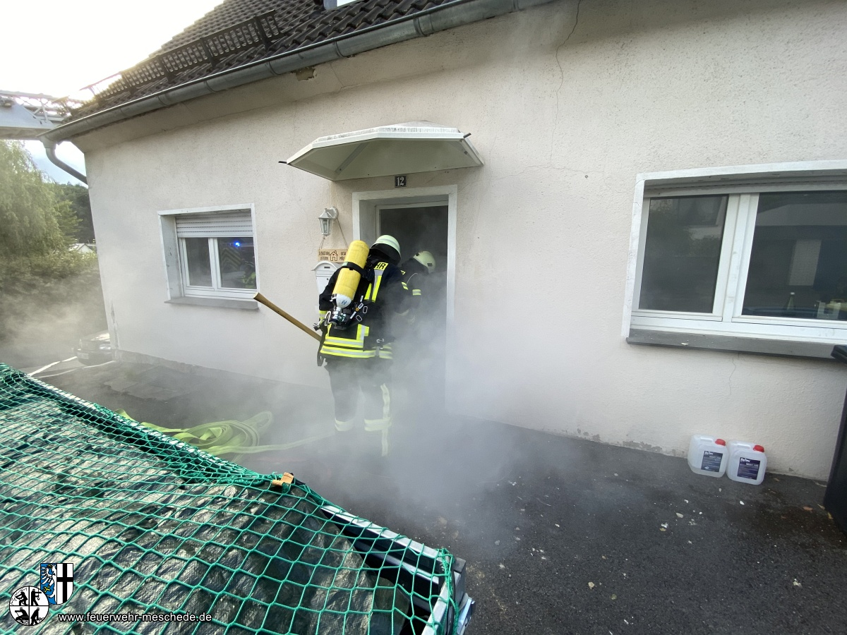 Zeitgleich verschaffte sich ein Trupp unter schwerem Atemschutz Zugang zum Gebäude