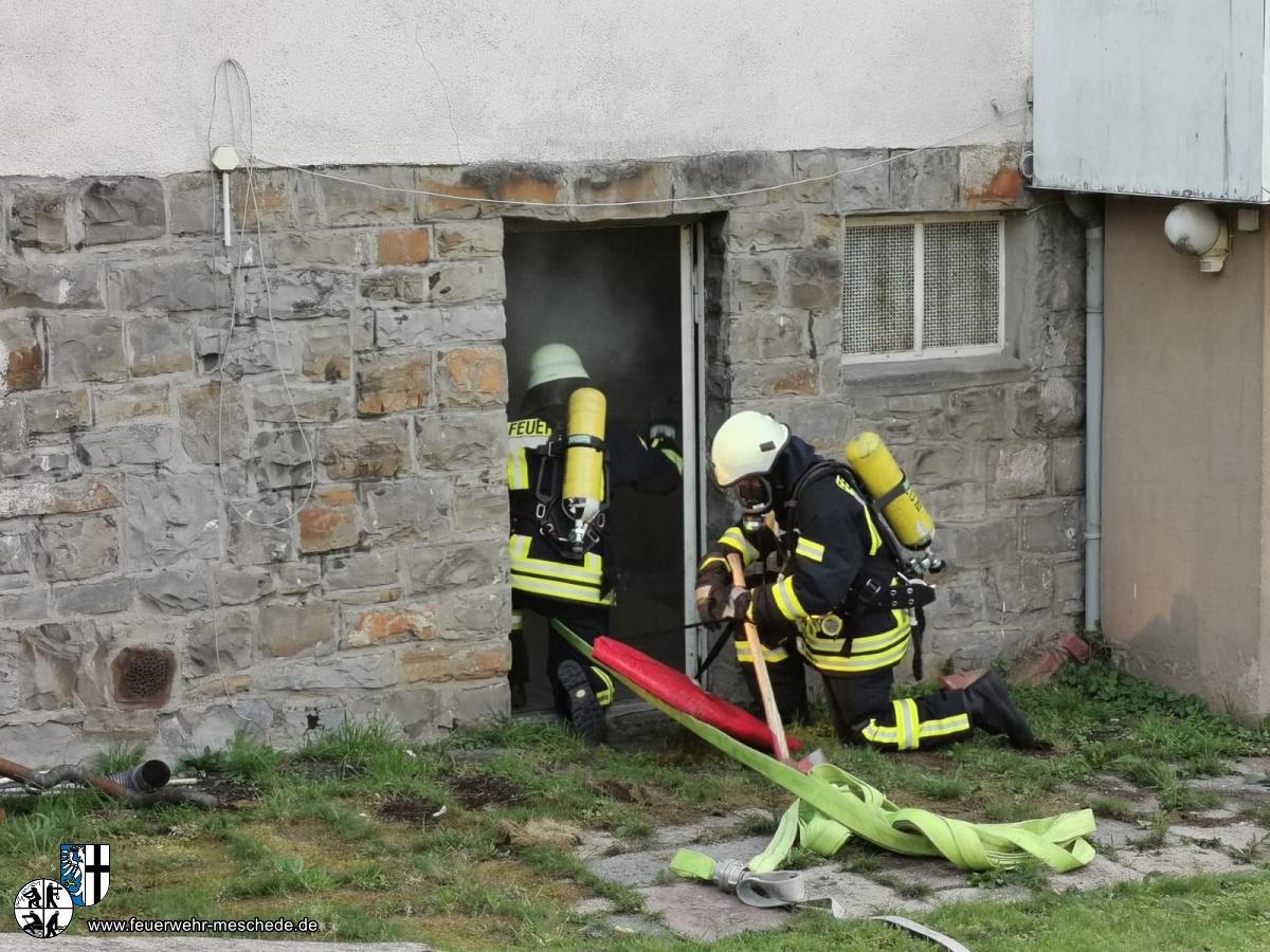 Mit schwerem Atemschutz gehen die Kamaeraden zur Brandbekämpfung vor