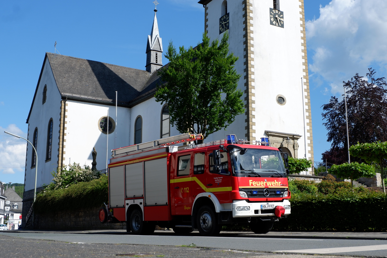 Das Hilfeleistungslöschgruppenfahrzeug vor der St. Nikolaus Kirche