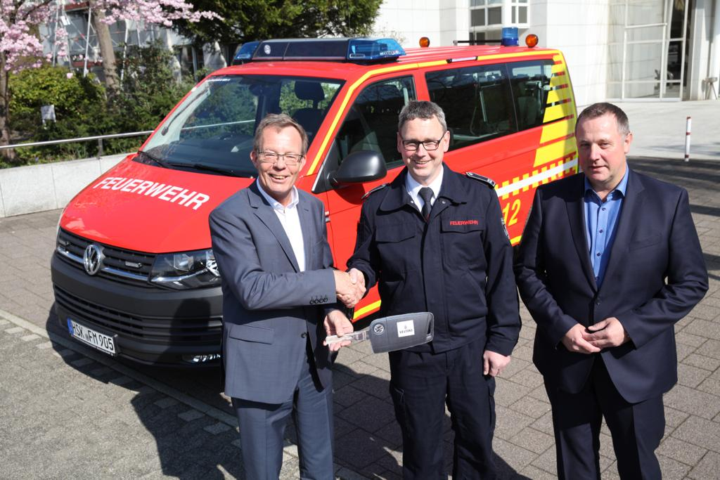 Dirk Schiemann (links), kaufmännischer Geschäftsführer, und Peter Peschmann (rechts), Technik-Geschäftsführer der Brauerei C. u. A. Veltins, übergaben das neue Feuerwehrfahrzeug jetzt an Raimund Gördes (Mitte), Löschgruppenführer der Feuerwehr in Grevenstein. Bildquelle: Brauerei C. u. A. Veltins