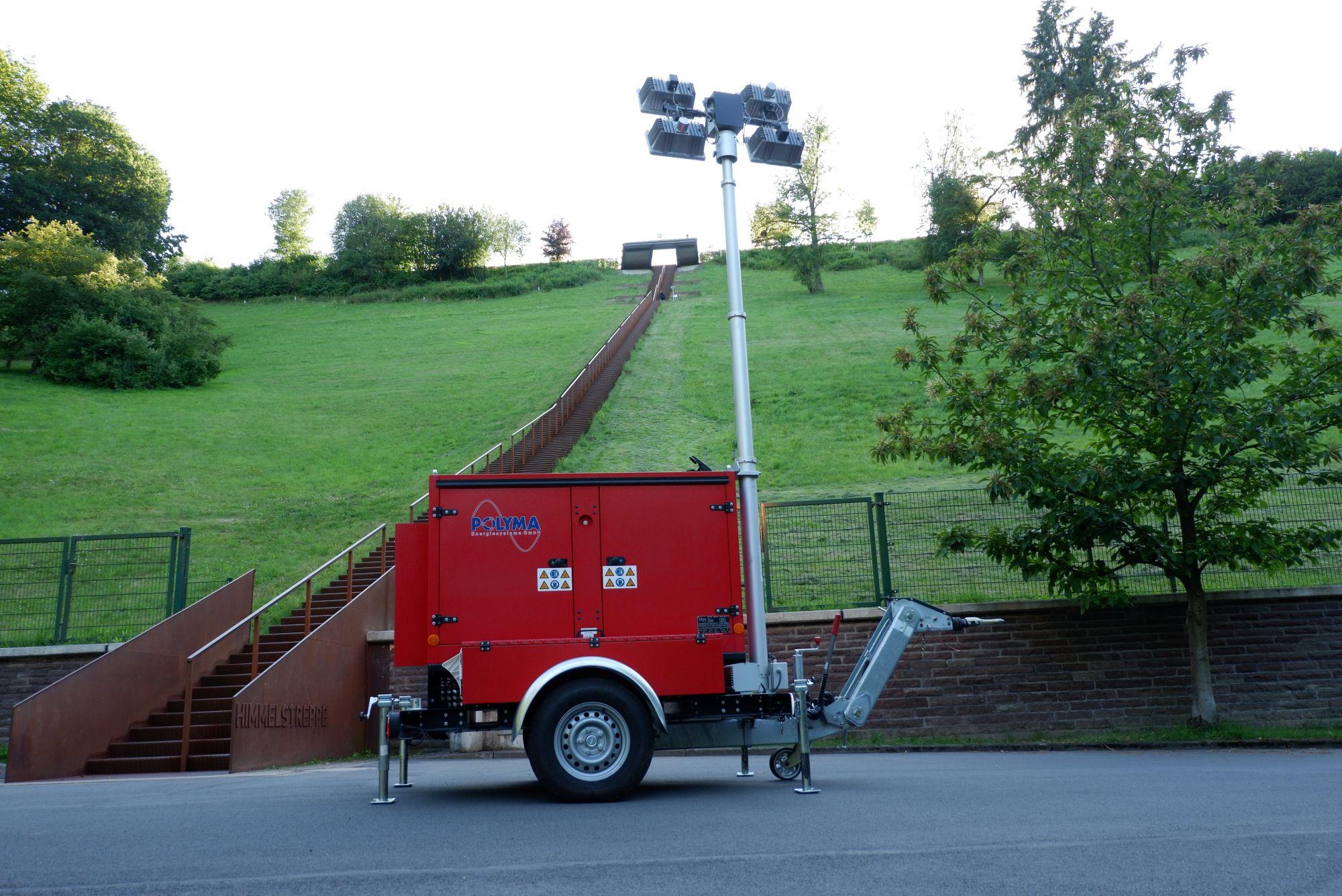 Stromerzeuger mit ausgefahrenem Lichtmast vor der Himmelstreppe am Hennesee