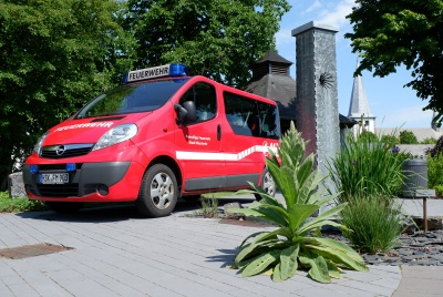 Das Mannschaftstransportfahrzeug auf dem neugestalteten Dorfplatz in 2020