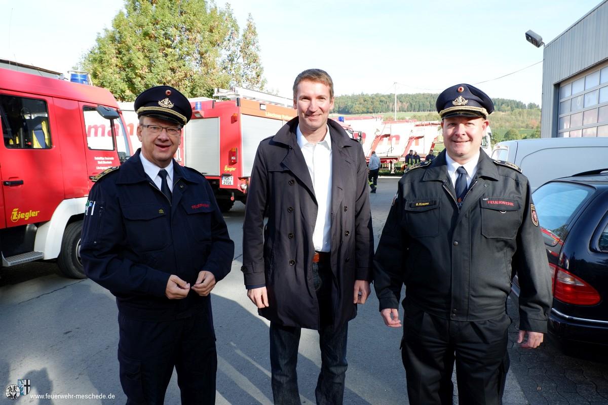v.l.n.r. Bezirksbrandmeister Uwe Wiedenbeck, Patrick Sensburg (MdB), Kreisbrandmeister Bernd Krause