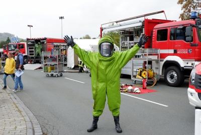 Ein Kamerad vom ABC-Zug-HSK-Mitte demonstriert den Chemikalienschutzanzug