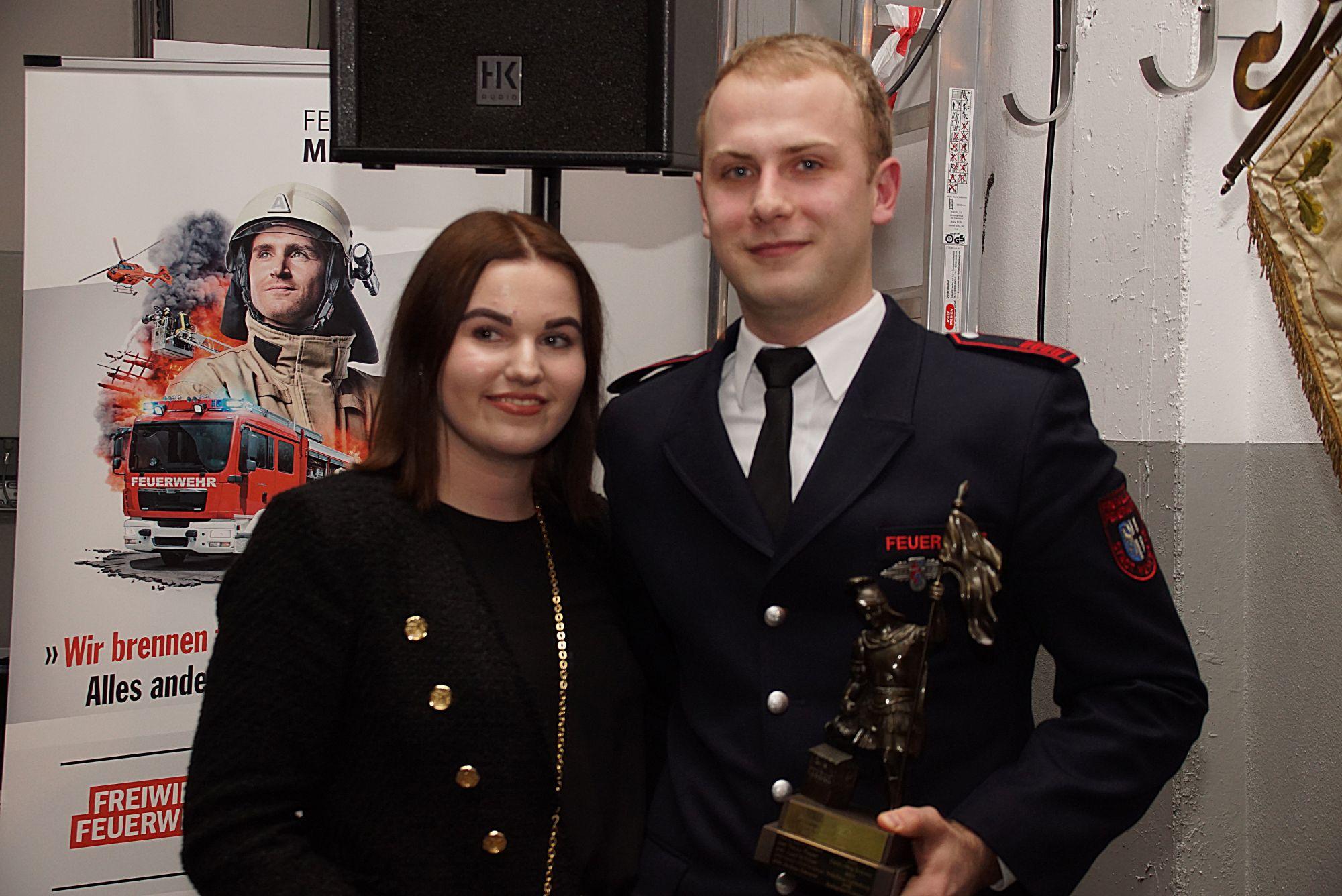 Steffen Emmerich  mit Partnerin Patrica Schulte, Feuerwehrmann des Jahres des Löschzug Meschede