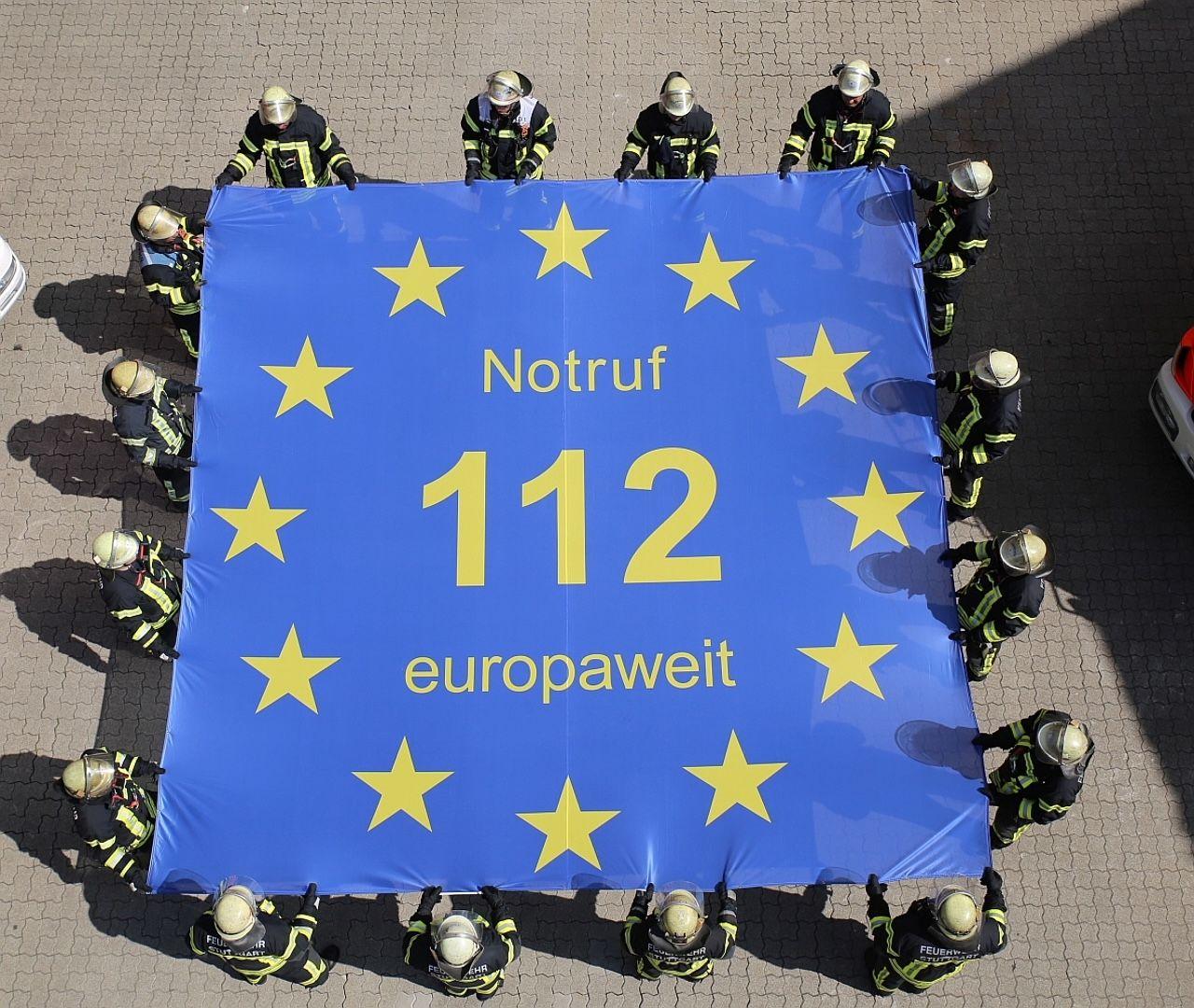 Feuerwehrleute zeigen symbolisch, dass der Euronotruf 112 Menschen europaweit auffängt. - Quelle: Europe Direct - Feuerwehr der Stadt Meschede