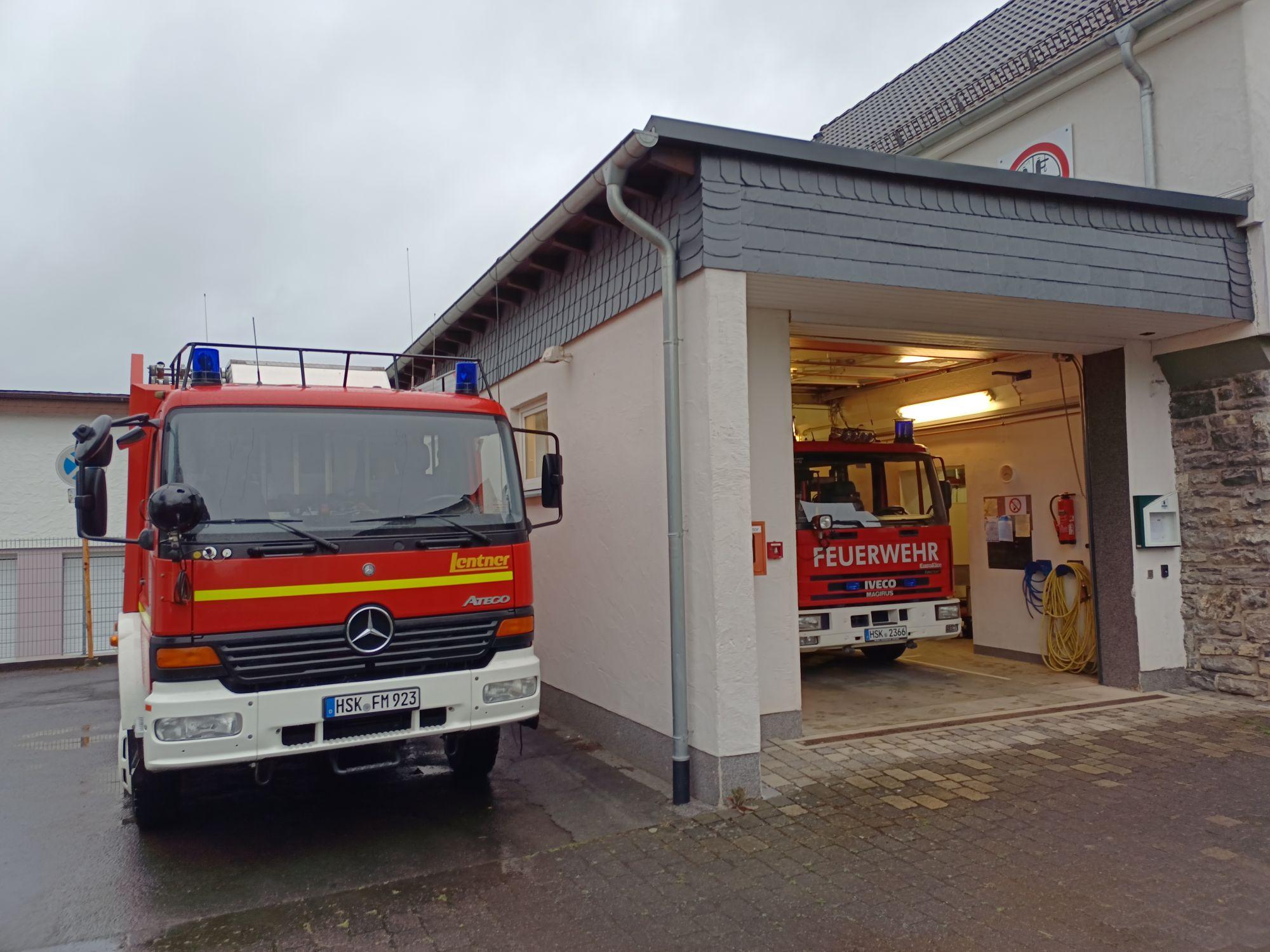 Das zusätliche Löschgruppenfahrzeug LF20 neben dem Gerätehaus in Wennemen