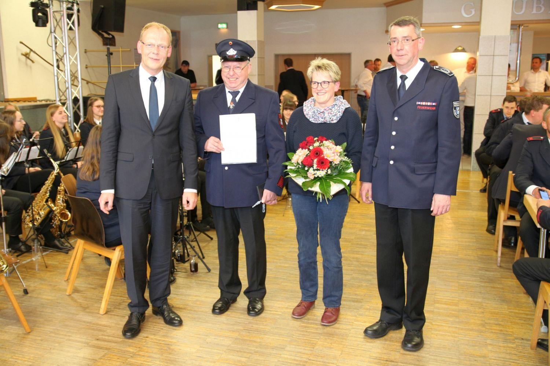 Bürgermeister Christoph Weber, Unterbrandmeister Franz-Wilhelm Burgard mit seiner Frau Manuela, Stadtbrandinspektor Hubertus Schemme